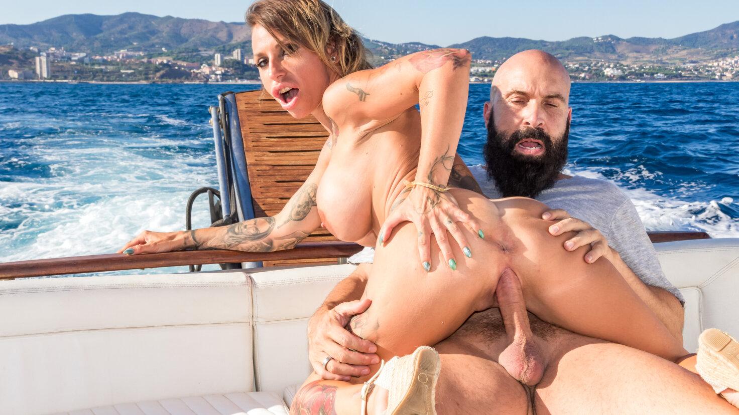 Ondeugend stel op een boot