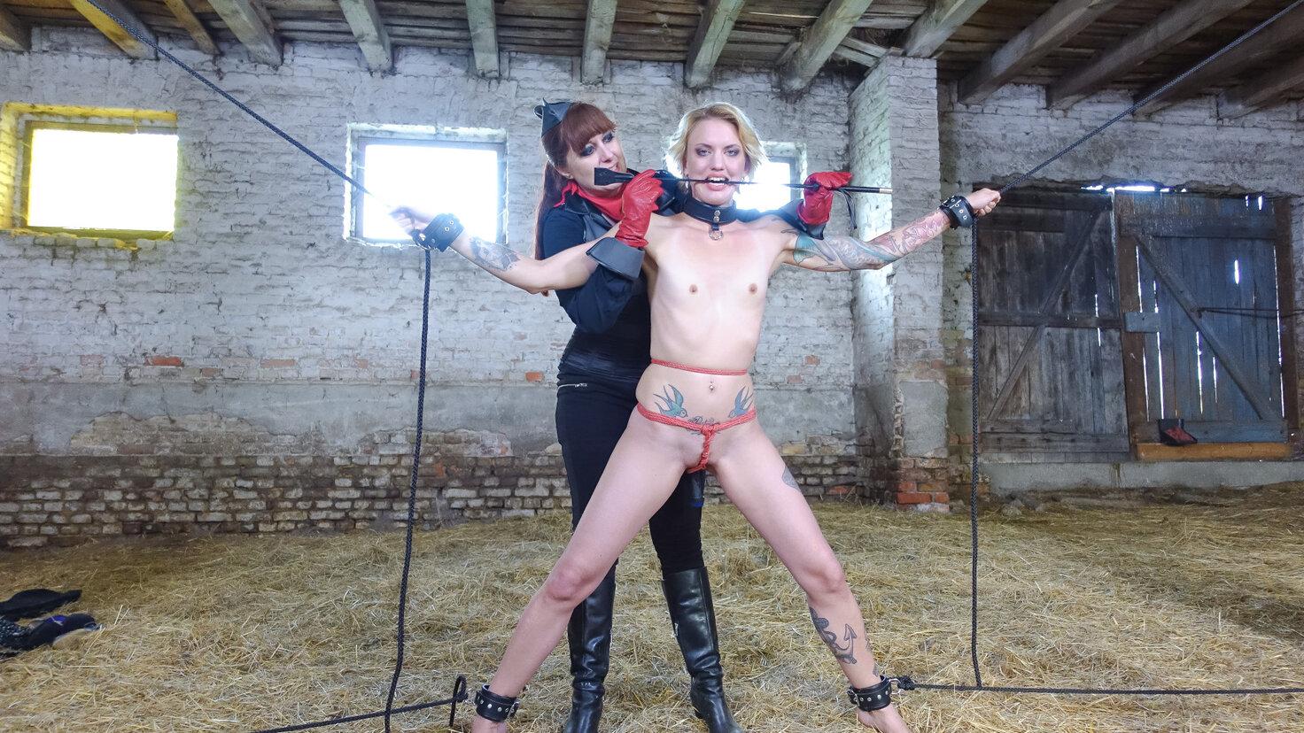 Lesbianas dominantas Lullu Gun y Lady Cosim castigan a esclavas de pies