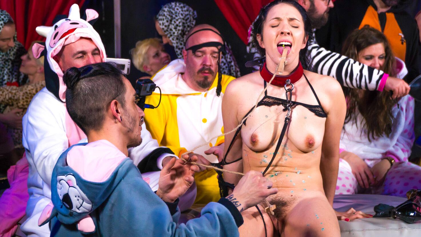 Sexo en grupo fetichista y BDSM con Pamela Snachez