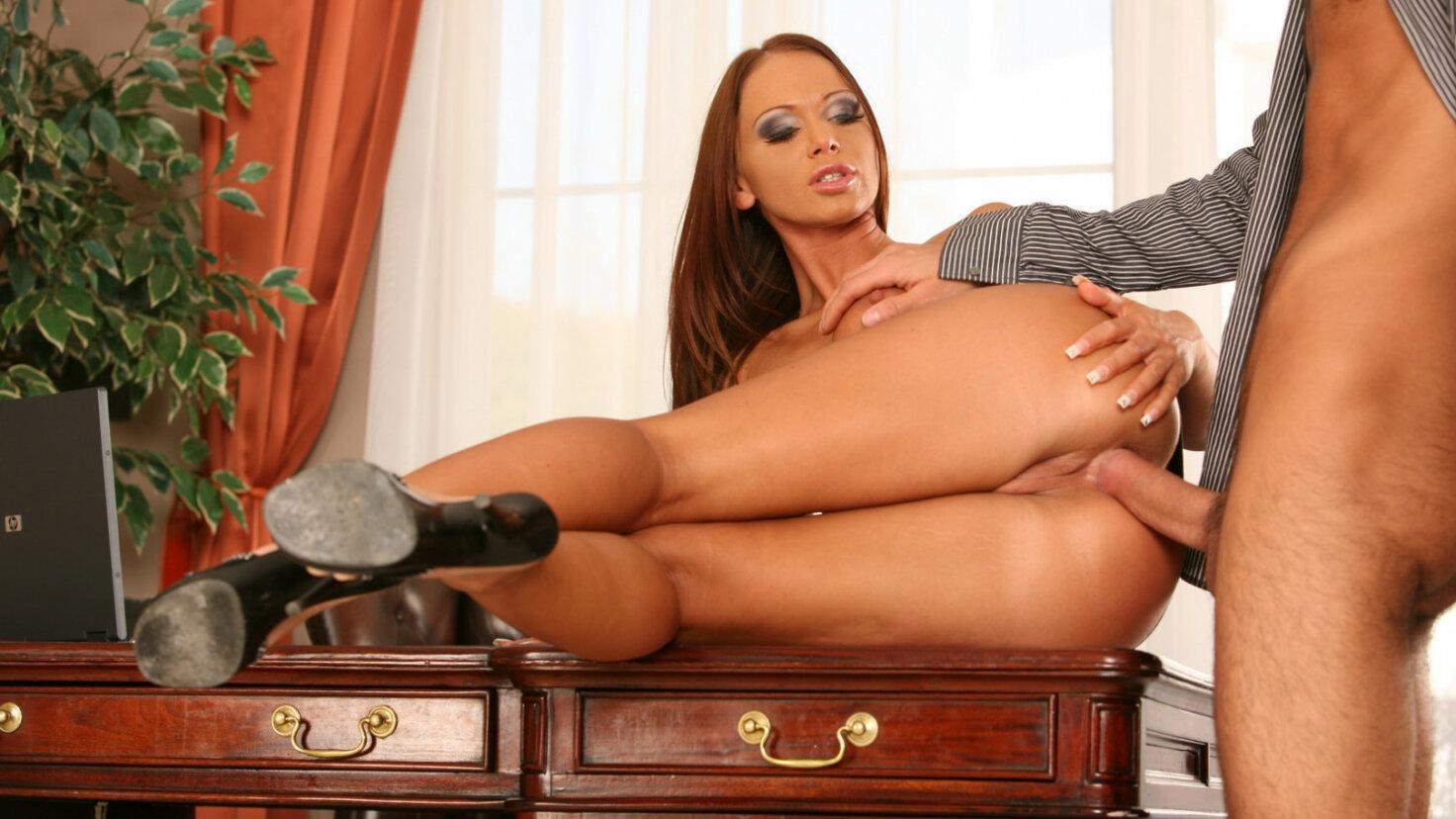 Secrétaire sexy dans une scène anale hardcore