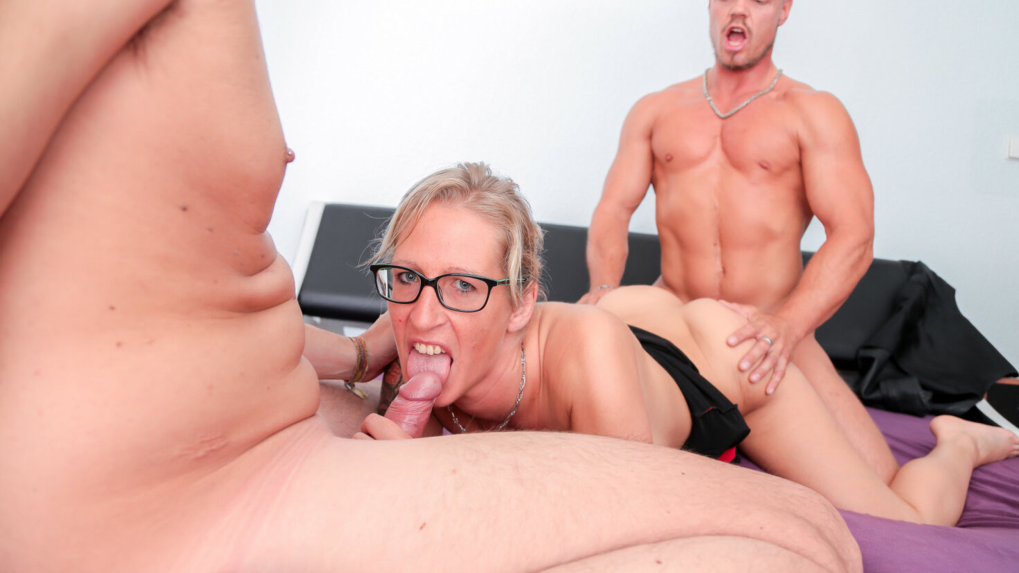 Hardcore MMF threesome with mature German swinger blondie