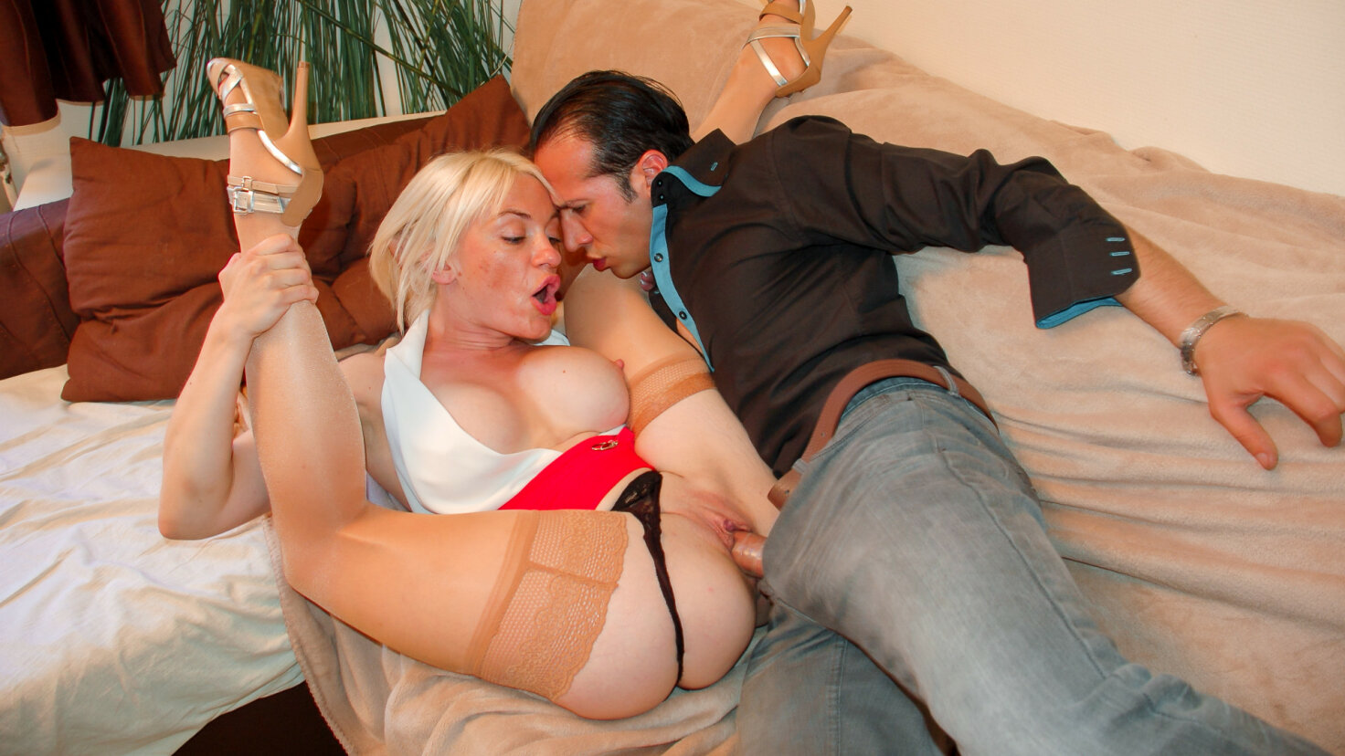 Amateur French mature enjoys hardcore pussy and ass fuck
