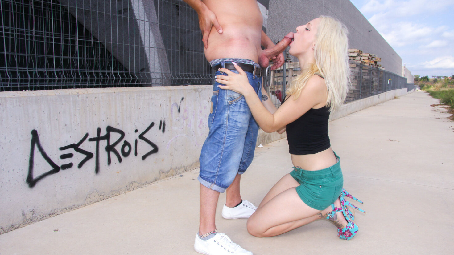 Spanish blondie Liz Rainbow takes a hot outdoor pounding and facial