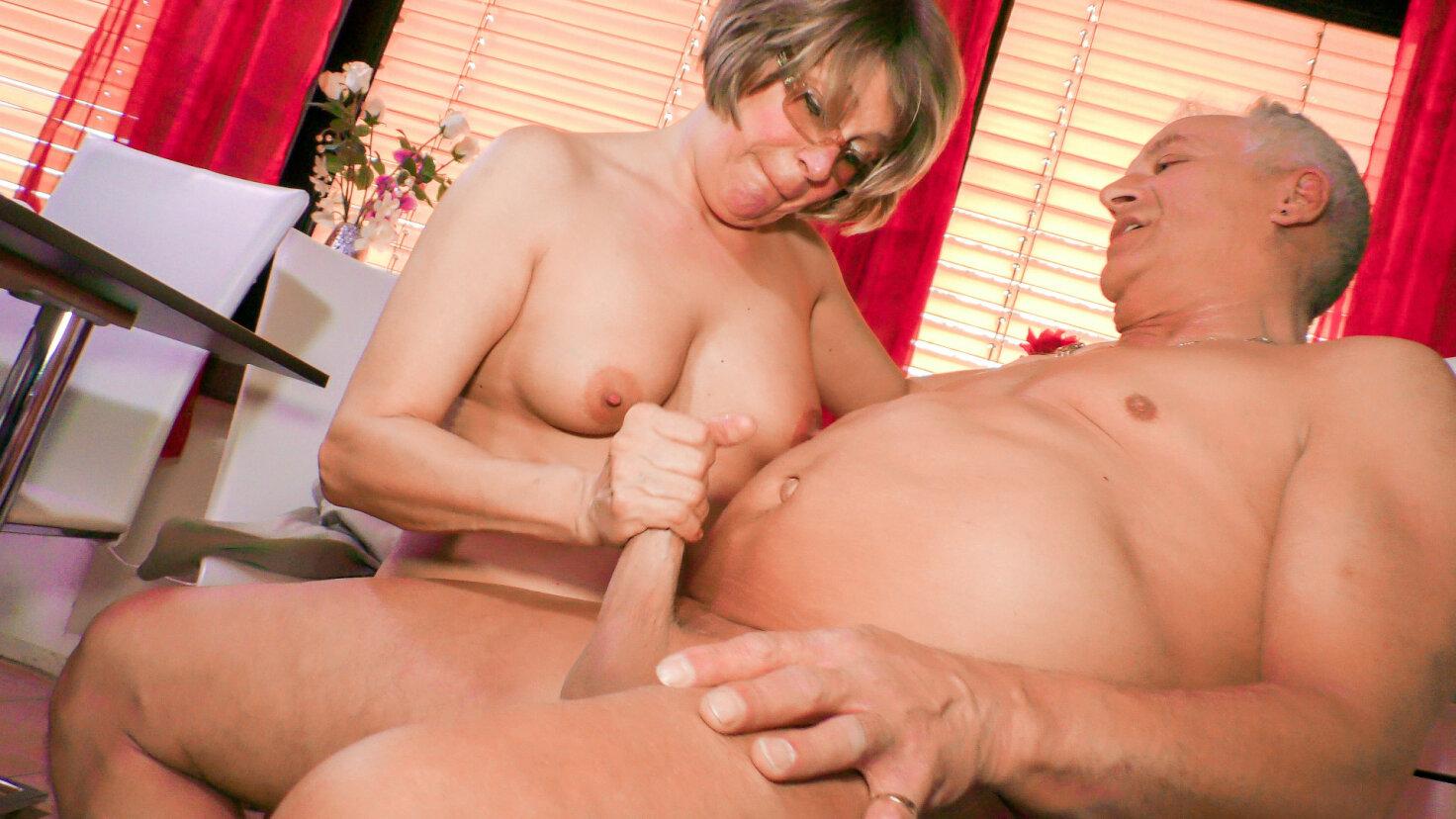 Moden tysk husmor får cum på bryster