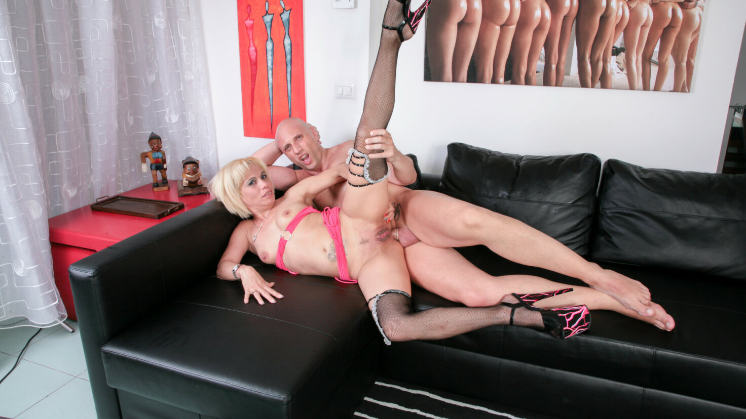 Slutty blonde Latina craves anal and cumshot from Italian swinger