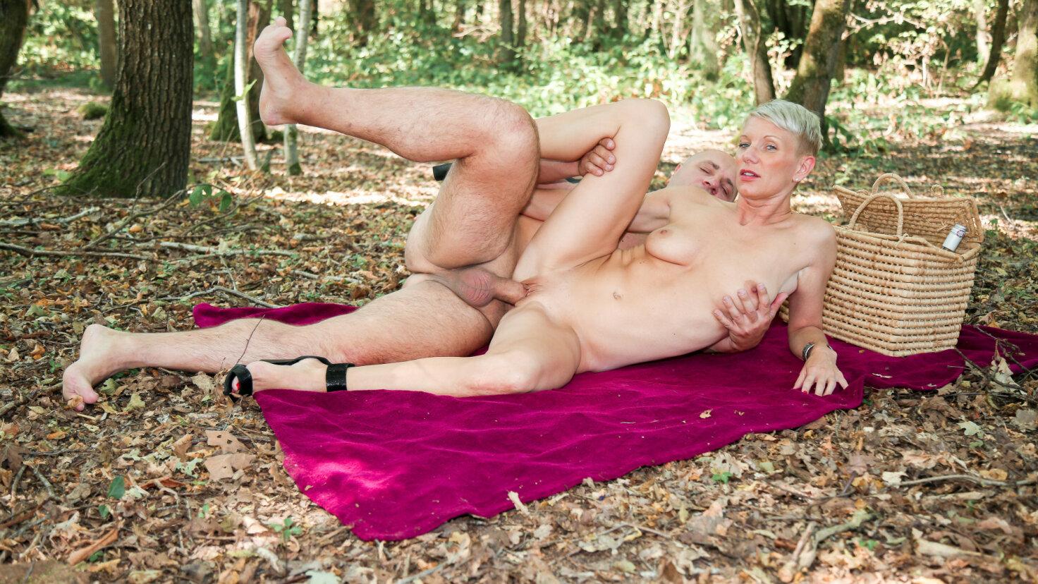 Kurzhaarige französische Amateur Blondine im Wald in den Arsch gefickt