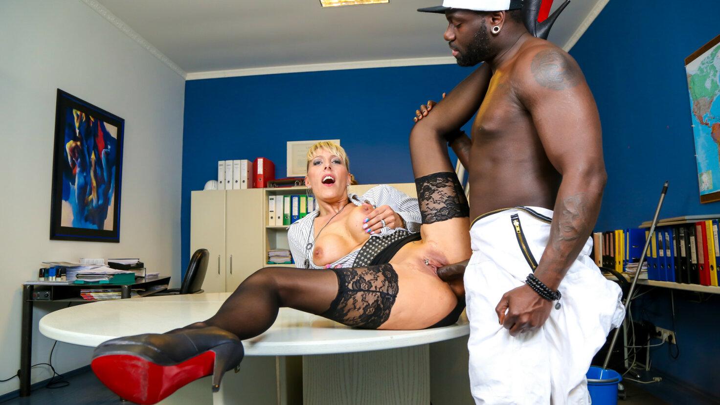 Blondine gefickt schwarzer Boss