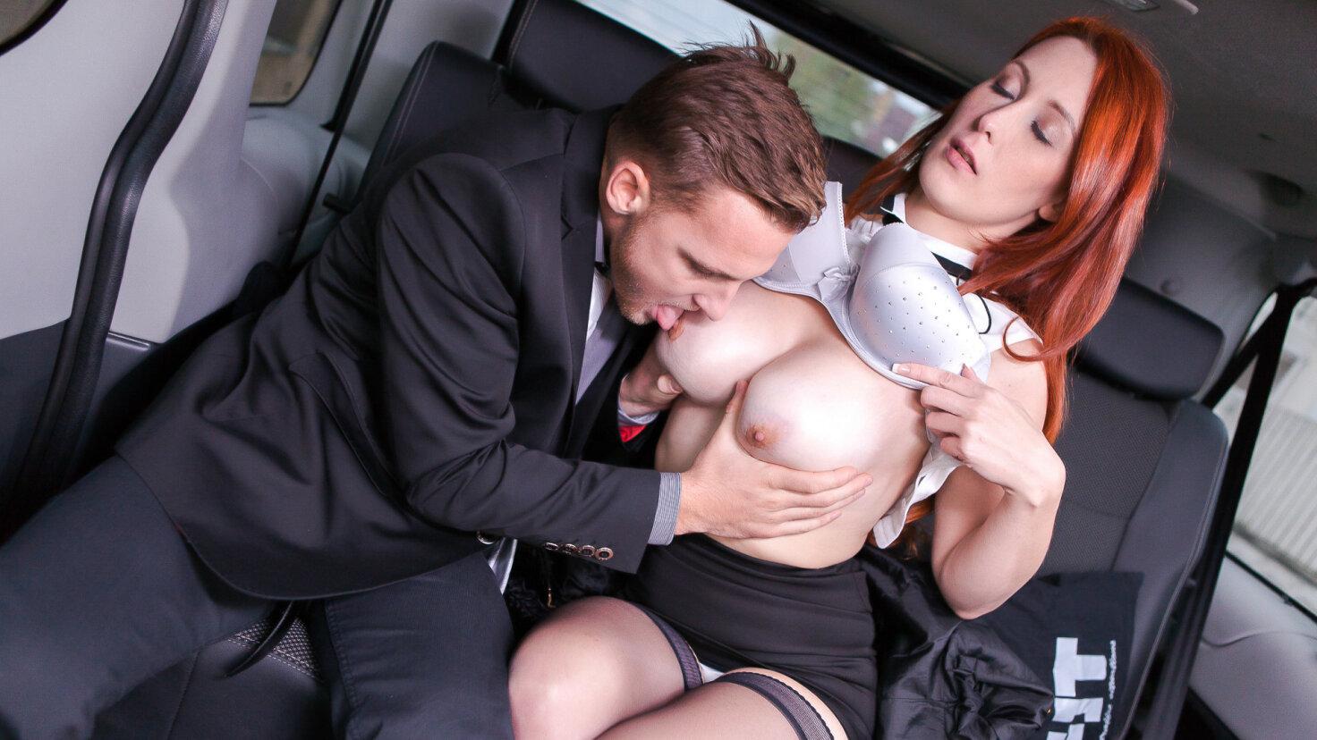 Il tassista Matt Ice scopa la rossa Isabella Lui davanti ad una sua amica