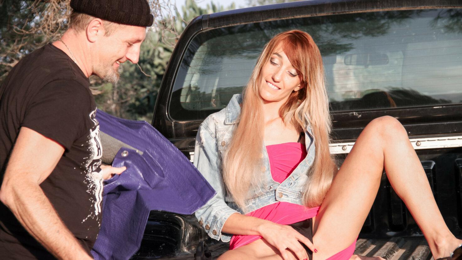 Geile französische Amateurin lässt sich draußen vor ihrem Wagen anal ficken