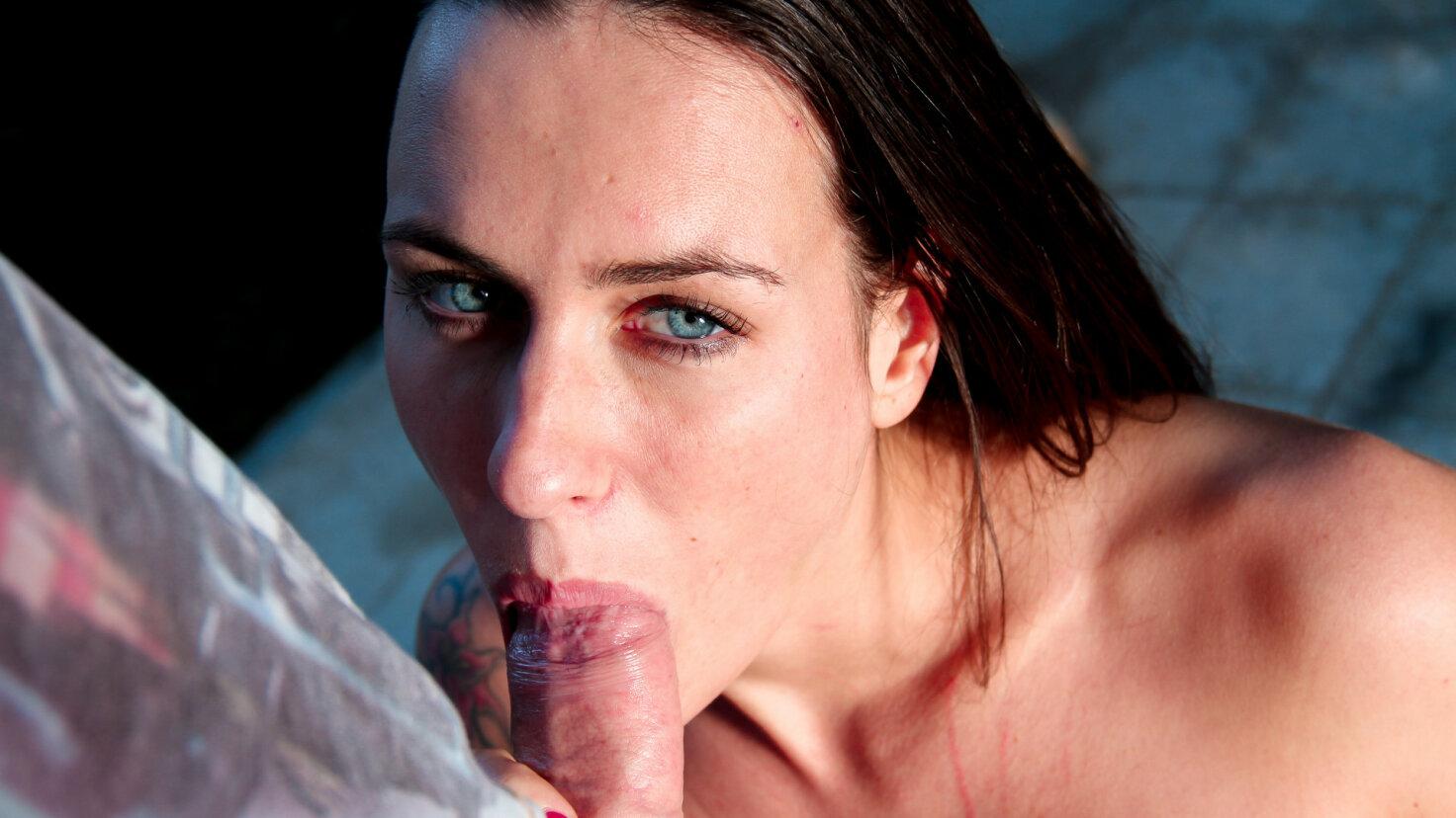 Französin strippt am Strand vor ihrem Lover und wird im Park Doggy gefickt