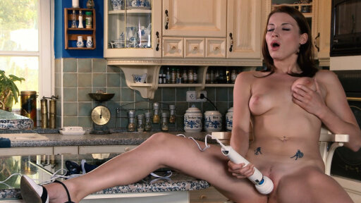 La gnocca Victoria Daniels gode con un vibratore