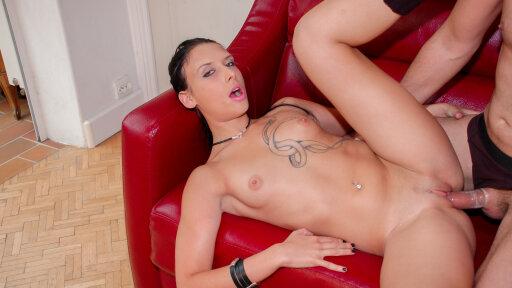 Sesso vaginale e anale duro con una novellina francese