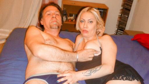 Sexo swinger entre maduros con una rubia italiana después de masturbarse