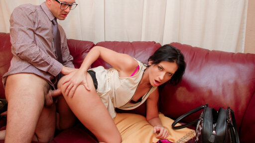 La debutante francesa Amel Annoga en una excitante follada anal