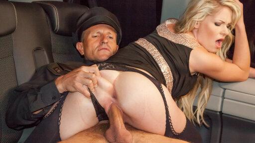 Torride blonde tchèque Claudia Macc suce son chauffeur dans la voiture