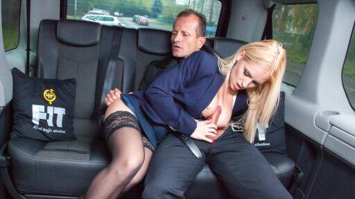 Schöne tschechische Blondine Rossella Visconti im Wagen gefickt