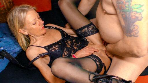 La alemana abuela estrella porno Margit S. follada en el sofá
