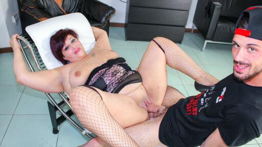 La gorda y madura italiana Serenella en una escena anal con squirting