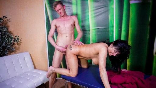 Vecchia casalinga matura tedesca si gode una scopata super sexy