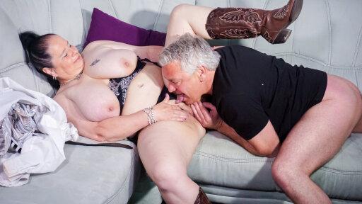 Abby Titts, une grosse femme mature suce et se fait baiser sur son canapé