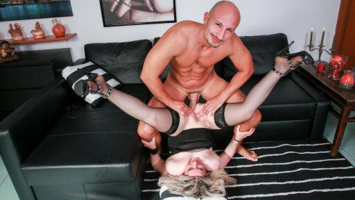 Una bionda italiana matura si fa riempire la bocca di sborra dopo anal