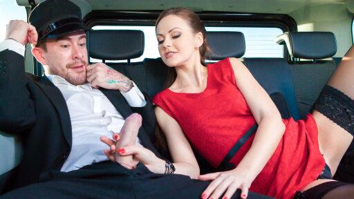 Heiße englische Brünette verführt den Fahrer und wird im Auto gefickt