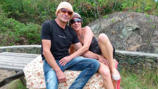 Una pareja de swingers maduros italianos follando al aire libre
