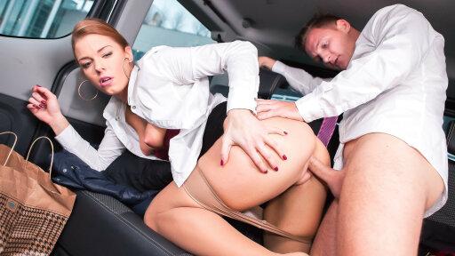 Belle rousse exhibitioniste de Tchéquie se fait prendre par son chauffeur
