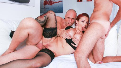 Un trío en un casting italiano con doble penetración anal para Mary Rider