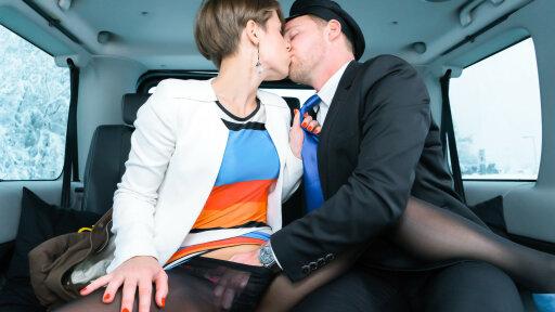 Sexy exhibitionistische Ukrainerin Sasha Zima wird im Wagen Doggy gevögelt