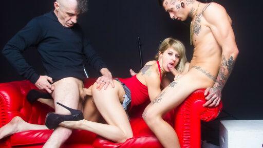 La ficona spagnola Nora Barcelona rimorchia e scopa un amatore in un trio