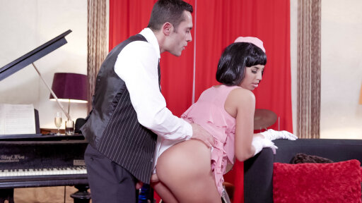 La seducente pinup ungherese Jenette ingoia in una scopata con un musicista